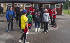 Många unga fans köade för att få autografer av fotbollsspelarna i de allsvenska lagen.