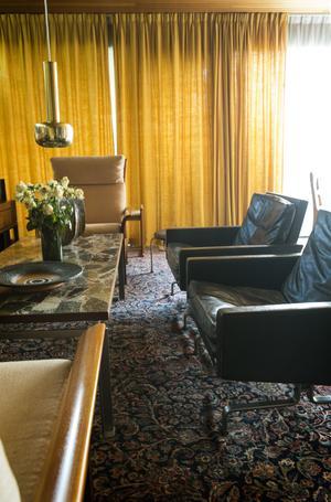 Loungemöbler av danska arkitekten Poul Kjaerholm. Bordsskivan är gjort av samma tåliga material som polishuset i Falun, fast bordet har ett mönster av större stenar och ett plastskikt ovanpå.