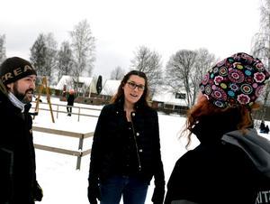 Cecilia Lindskog i samspråk med fritidspedagogerna Nicklas Wilhelmsson och Ann-Sofie Boström. Foto: Samuel BorgFoto: Samuel Borg