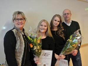 Linnéa Johansson och Linnéa Förste fick ta emot blommor och gratulationer från näringslivschef Maggie Grundén och läraren Jörgen Jernberg.