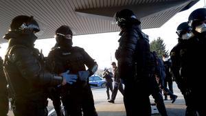 Polis patrullerar området.