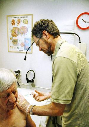 Göran Jonsson får en spruta i sin onda axel av doktor Gunnar Nilsson.