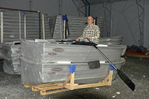 Transportstyrelsens beslut att Midmarine AB inte fick fortsätta att sälja Kimple-båtar gör att man nu har ett visst lager. Nu har stoppet hävts av kammarrätten. Anders Andersson, delägare i Midmarine, sitter still i båten i väntan på slutgiltigt avgörande i tvisten.
