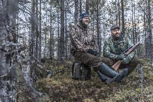 Johan Eggen, till vänster, bor i Lillhärdal och brukar jaga tillsammans med Anders Lifland Nørgaard. Nu är han med som spanare.
