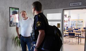 Vandalism på Eldsbodahuset. Vaktmästaren Ingvar Andersson pratar med en av polisens tekniker.