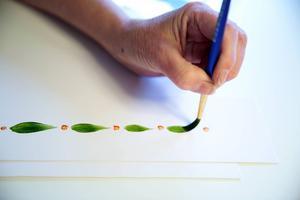Deltagarna i kurbitskursen får alltid börja med att lära sig måla teardrops - tårar.