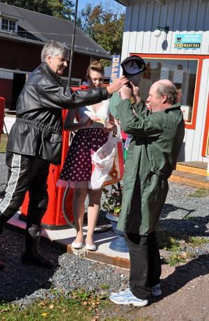 Ulf Hansson och Veronica Gustafsson korade Kurt Östlund till mackföreståndare och klädde honom i lämpliga kläder.