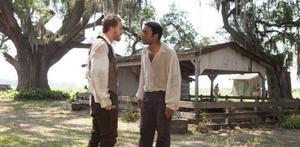 Michael Fassbender som plantageägaren Edwin Epps och Chiwetel Ejiofor som den kidnappade slaven Solomon Northup i Oscarshajpade dramat