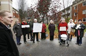 Dubbla demonstrationer. Två separata demonstrationer hölls på fredagens utanför Sandvikenhus huvudkontor. Vd:n Patrik Skoglund, till vänster,                               fick ta emot mycket kritik för att bostadsföretaget lagt sig på en mycket högre nivå än andra bostadsföretag i regionen och i landet.