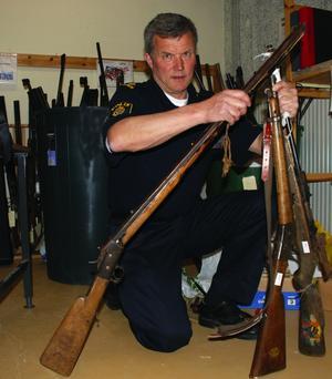 Gamla bössor. George Samuelsson med några av de gevär som lämnats in till polisen i Mora.
