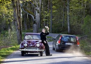 Optimalt för bilkörning. Vägen utanför Per-Anders Carlssons hus i Stora Mellösa är kurvig och inte så trafikerad. Här får motorn med sina 25 hästkrafter jobba.Foto: Robban Andersson
