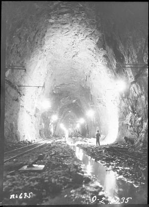 De enorma tunnlarna sprängdes fram nere i berget, kraftverket skrek efter arbetskraft i tider då det var ont om jobb, så folk kom från hela landet för att få jobb vid anlägget.