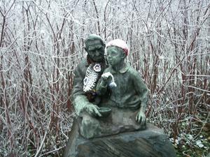 Mössa och halsduk på statyn men kanske lite kallt ändå, för inatt (mot lördag) kom herr rimfrost...