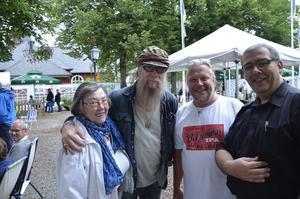Inbjudna. Nikke Ström, legendarisk basist i Nationalteaterns rockorkester, och hans mor Elvi Ström var inbjudna till konserten. Här med Mats Runqvist och Jaco Neerings som ordnar alltihop.