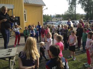 Massor av barn och ungdomar fanns på plats när Forsa OK på måndagskvällen höll avslutningpå vårens orienteringskurser.