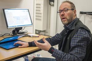 Energiingenjör Johan Uthas visar datasystemet där man kan se och kontrollera värme och ventilation på hela förskolan.