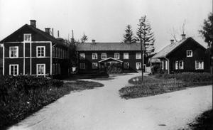 Hyttbostäderna. Här bodde flertalet av järnbrukets arbetare. Husen som låg nära hyttan, kallades från vänster Gullbo, Sotebo och Järnbo. Lägenheterna bestod av ett eller två rum och kök som vanligen hyste fem till tio personer.