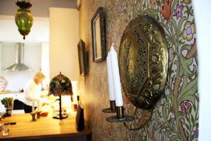 Tapeten Golden Lily av William Morris passar huset utmärkt.