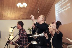Med texten projicerad på väggen kunde alla delta i lovsången.