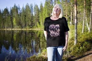 Gertrud Berglund är ordförande i Albert Viksten-sällskapet. Här visar hon runt på Ängratörn.