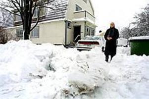 Foto: NICK BLACKMON Arg. Hillevi Heed är arg på kommunen som skyfflat snö framför hennes infart. Själv orkar hon inte ta bort bumlingarna.