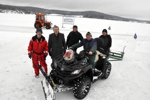 Brunnsjöns Vintervänner har hittills lagt ner 80 ideella plogtimmar på Brunnsjön denna vinter. Här är några av de aktiva i föreningen, från vänster: Nils Lindgren, Lennart Fyrk, Hans Pernsjö, Rune Bernhardsson och Kent Engström.