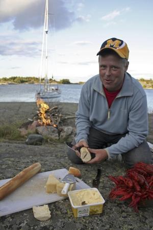 Magnus preparerar kräftfesten.Foto: Andreas Strömberg