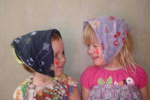 Här kommer en härlig kompisbild på vår dotter Ella Storhed (vänster) och hennes kompis Elsa (höger)som påskkärringar! De bor på samma gata i Surahammar. Bilden är tagen av Mamma Sara