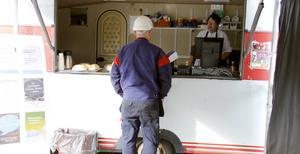 Vid matvagnen kan man bland annat köpa matlådor och mackor.