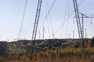 Här byggs Vindsnurror och kraftledningsgator vid Ögonfägnadens vindkraftspark.