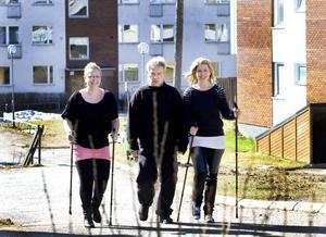 En del av projektet är att köpa gångstavar till boendet Smassens 47. Hälsopedagogerna Sofi Hult och Emma Starborg njuter i solen. Kenneth Hedström klarar sig utan stavar och går ibland 18 000 steg om dagen. Han har även minskat på snuset och tappat flera kilon.
