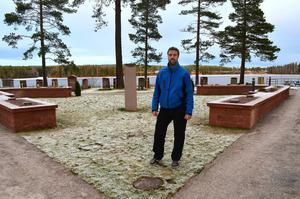 Nu är den nya askgravlunden i Berglunda klar att tas i bruk. Anders Bergström, tf kyrkogårdsföreståndare är nöjd med resultatet.