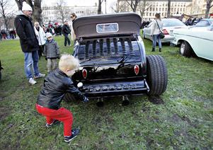 William Wärmell, fem år, tyckte att det här var gårdagens häftigaste bil.– Därför! De där rökarna, menar jag.