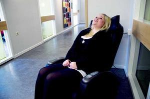 Mathilda Hörberg, 17, på John Bauer tar en massagepaus från förmiddagens mediaproduktion: Foto: ELIN HAETTMAN
