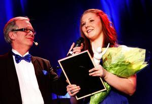 Sara Storgärd tog emot priset som Årets kvinnliga idrottare och gratulerades av Radiosportens Christer Jonasson, som var konfrancier tillsammans med Ellinor Persson.