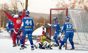 Henrik Söderlind har just tryckt in 4-1 mot Selånger efter en målvaktsretur. Liggande Stefan Nordén sköt det första skottet.