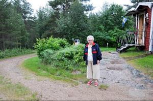 Britt Sten, 84 år, har tidigare fått hjälp av kommunen med snöröjning men i år får hon betala den själv. Foto: Carin Selldén