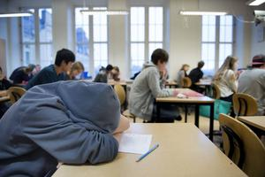En bild som inte tilltalar Ingegärd Fjällgärde. Hon vill ha mindre stök i klassrummen och föreslår betyg i ordning och uppförande.