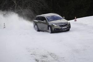 Hej vad det går! Vi testade nya Insignia country tourer på Opels vintertestbana utanför Salzburg, Österrike.