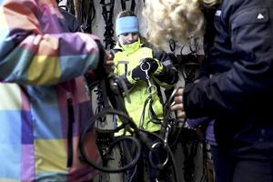 Knepig konst. Tilda Jansson övar med att plocla isär och sedan sätta ihop ett träns.