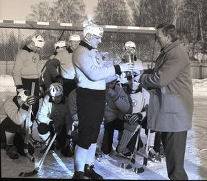 Dallas blev delad vinnare av den allsvenska skytteligan tillsammans med Åke Jansson, Katrineholms SK, säsongen 1962/63 och mottar här pris.