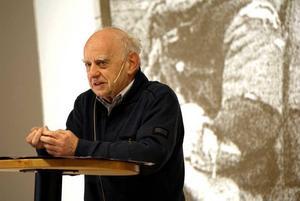 För sina barnbarns skull vill Pjotr Zettinger, 70 år, berätta om sina minnen från det judiska gettot i Warszawa. Elever från SPE på Borgarskolan lyssnade.