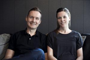 När Johan Ernfors och Elisabeth Byström blev sambos ägde den första stora utrensningen av prylar rum. Det var starten till det minimalistiska liv de lever i dag.