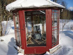 Den här veckans vinnare av veckans bild är Gunilla Stoltz från Örsingsbo i Salbohed, som har skickat in en bild på sitt växthus som ser inbjudande ut trots all snön.