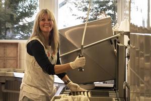 Donna Schmid från Australien jobbar som volontär i köket.