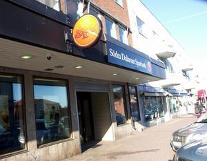 Sorgligt att servicen på landsbygden minskas avsevärt genom Södra Dalarnas Sparbanks beslut om stängning av kontoren i Långshyttan och Stora Skedvi, tycker skribenterna.