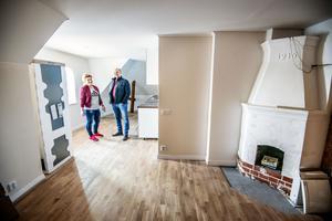 En av lägenheterna i villa Oppeby är snart klar för uthyrning. Där finns den gamla öppna spisen kvar.
