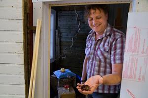 Alla de saker som Tony Warren använde sig av när han målade bröllopspresenten till Victoria och Daniel klassas som en kulturskatt och får inte förstöras. Här håller han äpplet som han en gång målade av.