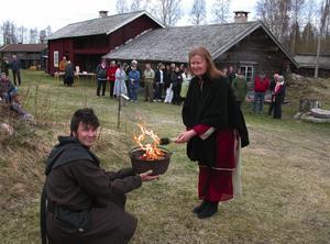 Våreld. Här tänder Anna-Karin Ljung kanske Dalarnas minsta våreld vid Malungs Hembygdsgård och det är vårtalaren vid hembygdsgården Håkan Tapper som håller i krukan med vårelden.