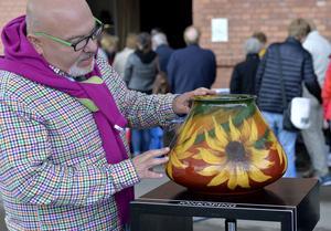 Här gör Joakim Bengtsson en värdering av en färgglad keramikkruka i Antikrundan. Men han menar dock att det krävs kunskaper för att göra fynd på loppisar.